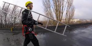 Embedded thumbnail for Подъем на опору с применением предустановленной анкерной линии по приставной инвентарной лестнице