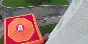 Embedded thumbnail for Человек выпрыгивает из окна 4-го этажа